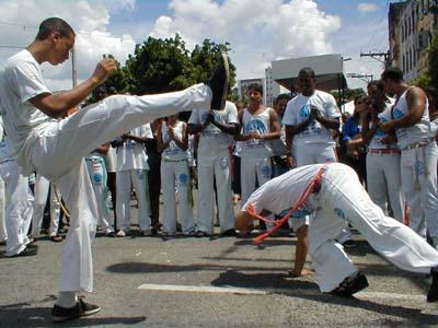 """A imagem """"http://lsinzelle.free.fr/bresil/511-procession-capoeira.jpg"""" contém erros e não pode ser exibida."""